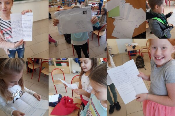 dzieci trzymają w rękach listy od kolegów i koleżanek z innej szkoły
